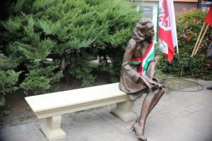Die Bronzestatue stellt die Figur Nelly Jordan aus Kindheitsmuster dar