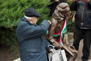 Gerhard Wolf durchtrennt das Band und weiht damit offiziell das Denkmal zu Ehren seiner Frau ein
