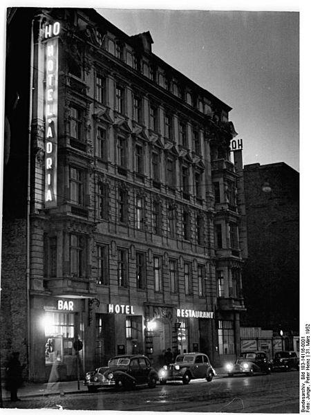 Die Friedrichstraße 134 mit dem Hotel Adria 1952. CC 3.0. Bundesarchiv, Bild 183-14116-0001 / CC-BY-SA 3.0