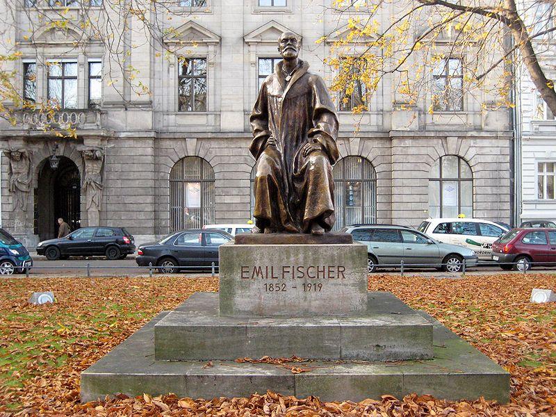 Emil-Fischer-Denkmal auf dem Robert-Koch-Platz, 2007. CC 1.0