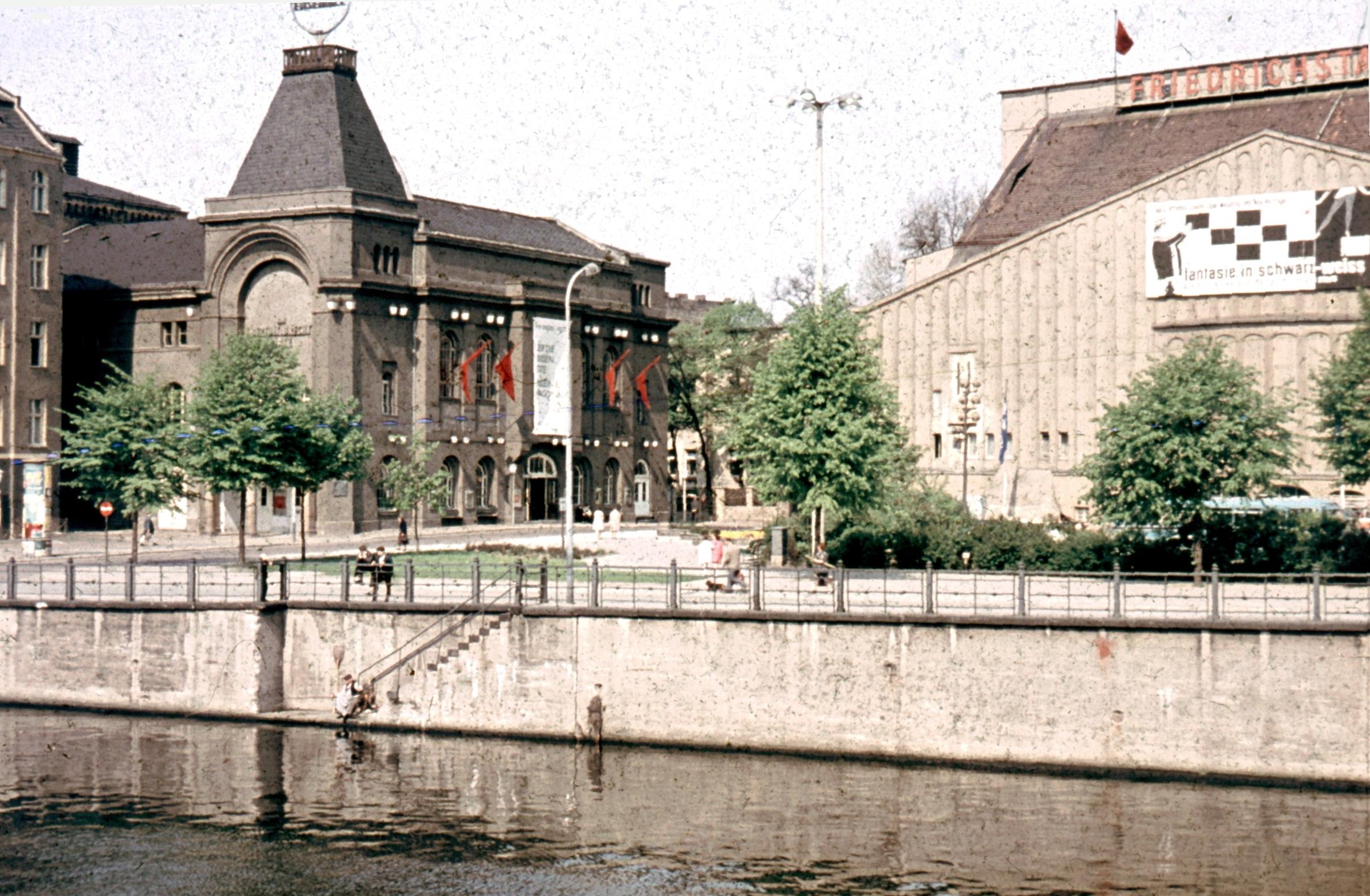 Links das Ganymed und das Berliner Ensemble, rechts der ehemalige Friedrichstadt-Palast (Foto: 1964, CC 3.0)