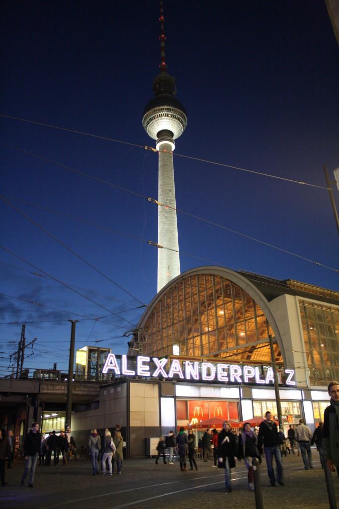 © Wikimedia Commons - Alexanderplatz 1900; Von Unbekannt - Alexanderplatz – Ein Ort deutscher Geschichte. Parkland Verlag Stuttgart, 1980. ISBN 3-88059-602-6