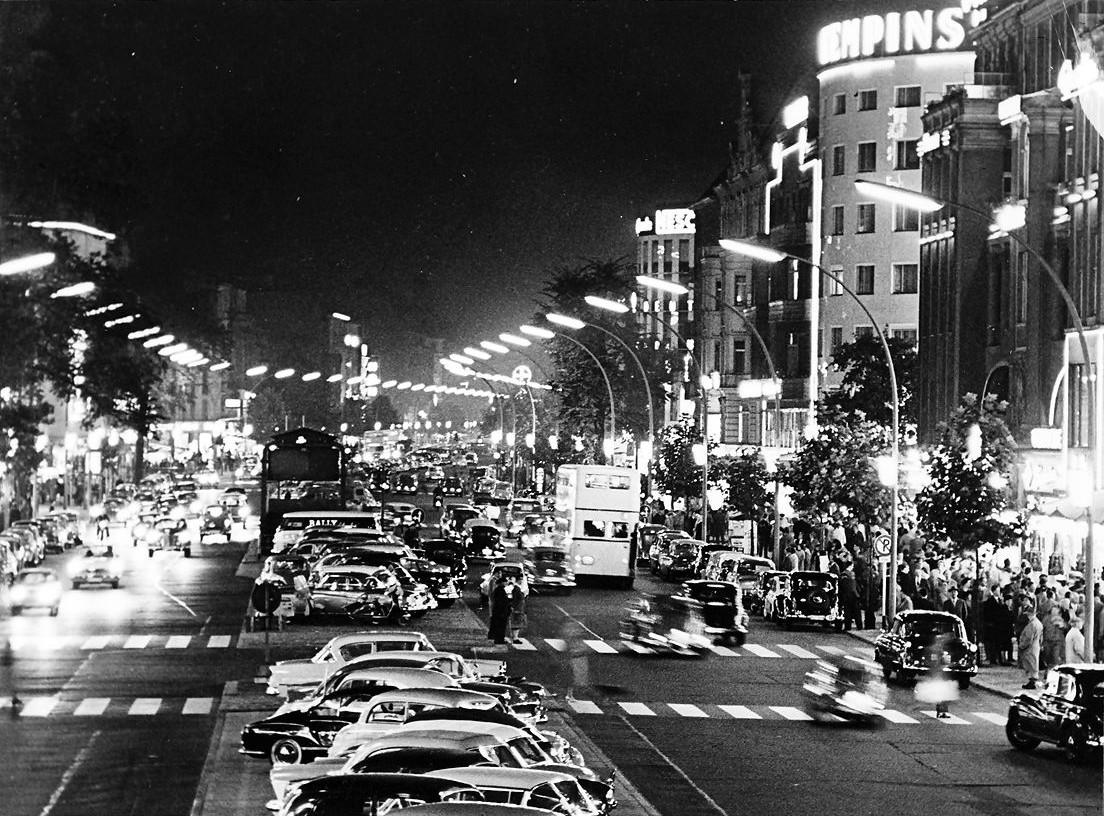 Der Kurfürstendamm bei Nacht, 1959. Foto: Willy Pragher.