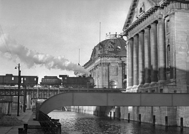Das Bode-Museum und das Pergamonmuseum, 1951. Foto: Bundesarchiv, Bild 183-12947-0003 / CC-BY-SA 3.0