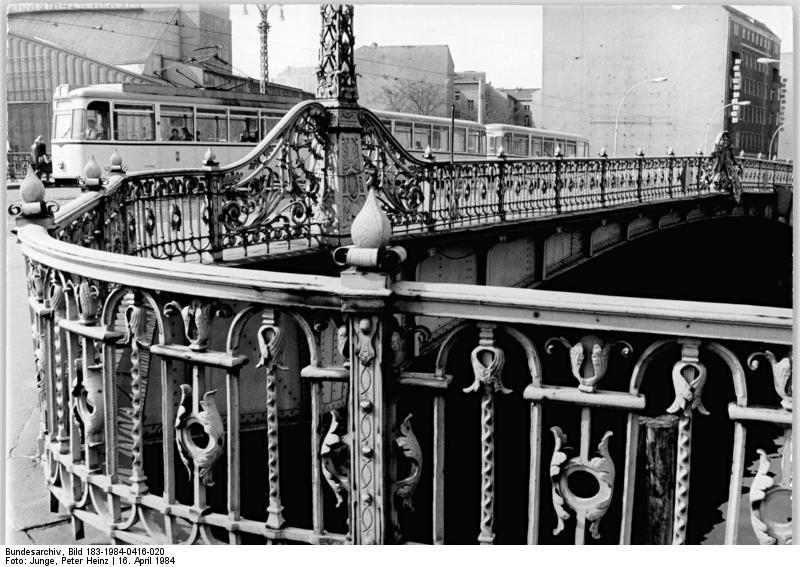 Die Weidendammer Brücke, 1984. Foto: Bundesarchiv, Bild 183-1984-0416-020 / CC-BY-SA 3.0