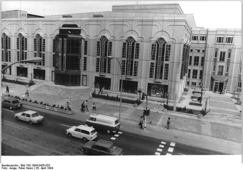 Der Friedrichstadt-Palast einen Tag vor der Eröffnung, 1984. Bundesarchiv, Bild 183-1984-0426-033 / CC-BY-SA 3.0
