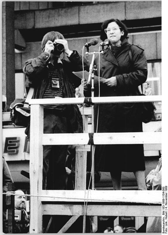 ADN-ZB Link 4.11.1989 Berlin: Demonstration 500.000 Bürger beteiligten sich an einer Demonstration für den Inhalt der Artikel 27 und 28, der Verfassung der DDR. Auf dem anschließenden Meeting auf dem Alexanderplatz, ergriff auch die Schriftstellerin Christa Wolf das Wort.