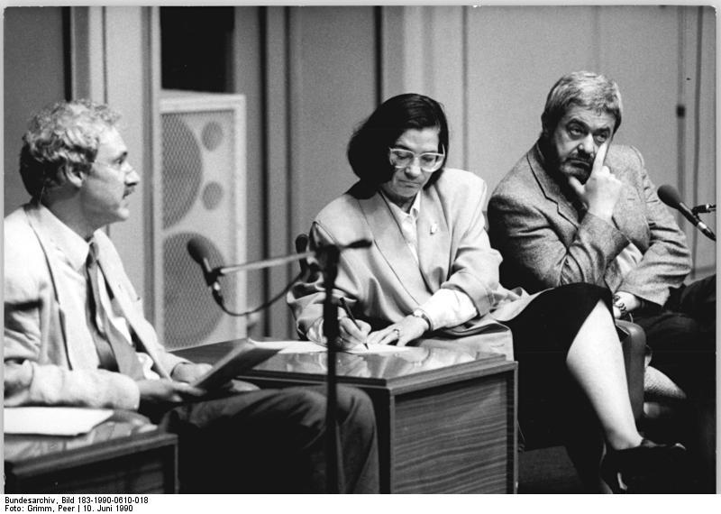 Wolfgang Emmerich (l.), mit Christa Wolf (m.) und Jurek Becker (r.) in der AdK, 1990. Foto: Bundesarchiv, Bild 183-1990-0610-018 / Grimm, Peer / CC-BY-SA 3.0