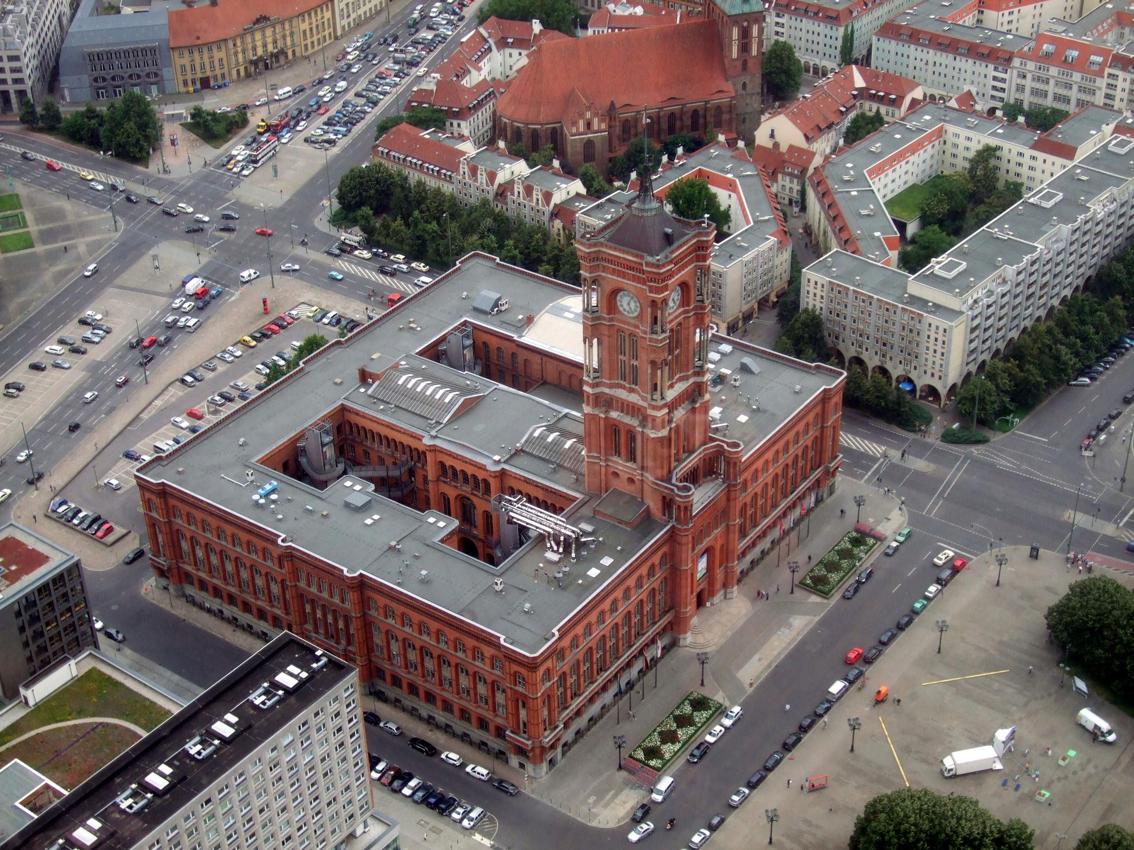 Das Rote Rathaus, 2009. Fotografiert vom Fernsehturm am Alexanderplatz.