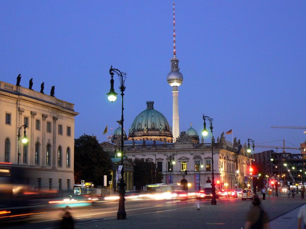 """Blick über die Straße """"Unter den Linden"""" auf das Zeughaus, den Berliner Dom und den Fernsehturm"""